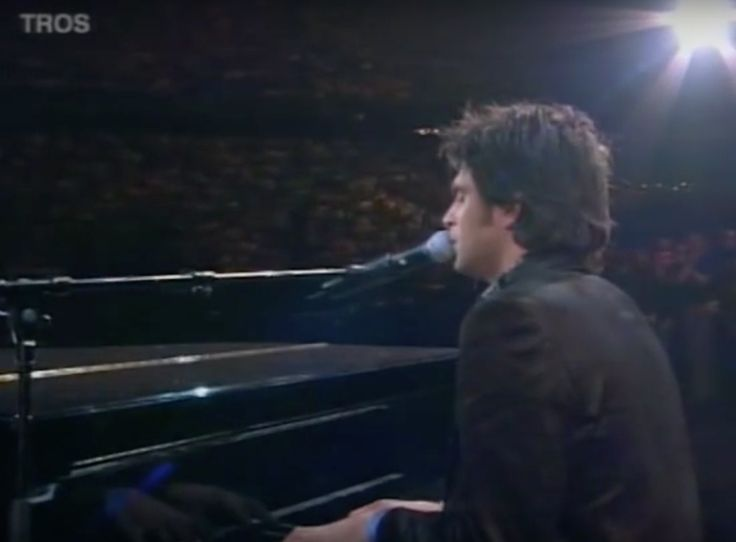 Xander de Buisonjé zingt Hazes' 'Zij gelooft in mij', tijdens het afscheid van André Hazes.