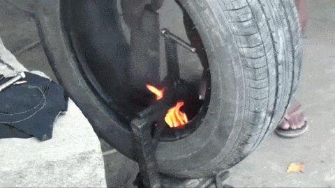 une réparation de pneu sans matériel adéquat - http://www.2tout2rien.fr/une-reparation-de-pneu-sans-materiel-adequat/