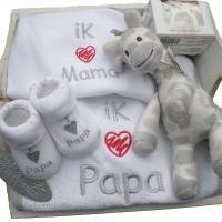 Geweldig kado om de a.s papa en mama te feliciteren met hun zwangerschap. Uiteraard ook leuk om te geven bij de geboorte. Deze houten hartjes bak is goed gevuld met leuke tekst artikelen voor papa en mama. Alle artikelen zijn van hoge kwaliteit. Uiteraard mag een knuffeltje van het merk Happy Horse niet ontbreken in dit kado!  http://www.eenkadovoorbaby.nl/5445/jaaa-zwanger-verrassing