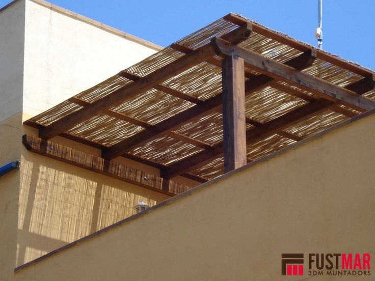 Pergola de madera de abeto laminado con techo de ca a de for Materiales para cubrir pergolas