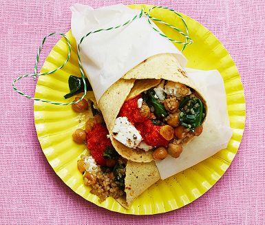 Smidiga wraps att ta med sig på utflykten och fyllda av spännande smaker. Bulgur och kikärtor gör dem både matiga och nyttiga. Den kryddiga röran ajvar relish baseras på rostad paprika och blir här till en sås som passar perfekt att servera till wrapsen!