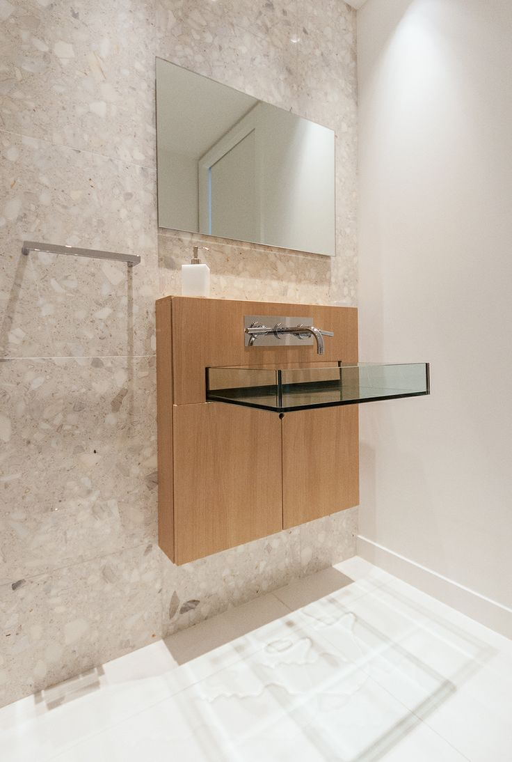 Arabescato Bianco quartz wall with glass sink and Perfect White glass tiles