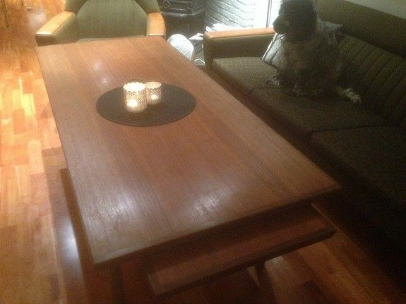 Teak sofabord fra Aase Møbler, produsert sent 1960 tallet, med skjult klaff under bordplaten, slik at det er mulig å lage hjørnebord, både på venstre og høyre side. Se bildet under. Bord: l: 160 cm, b: 70 cm, h: 53,5 cm. Klaff: l: 75 cm, b: 50 cm, h: 53,5