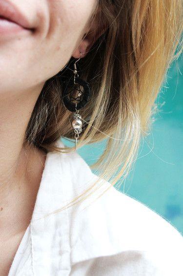 handgemachte Traumfängerohrringe aus Holz, Bast, Zwirn und Perlen; schwarz/silber (Modeschmuck)  Durchmesser: ca. 2cm Länge: ca. 7cm
