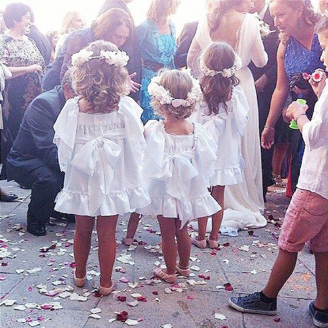 Últimamente los peques de nuestras bodas van increíbles, me paso todo el día embobada sin dejar de mirarlos! Y pocas veces es mérito mío jajaja, mis novias siempre saben perfectamente cómo vestirlos. Claro que mis novias molan millones... pero eso tampoco es mérito mío. Soy una chica con suerte. ♥ #lasbodasdelsofá (foto genial de @babybaballa, la más veloz con el disparador del iphone!) #noviosamarillosNyM