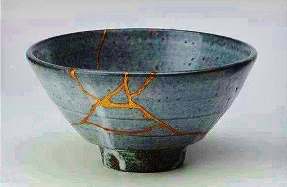 Kintsukuroi es el arte de la reparación de la cerámica uniendo las piezas con oro o plata y entender que la pieza es más hermosa por haber sido rota.