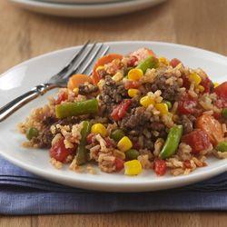 Arroz con Carne al Sartén: Fácil receta para la cena, cocinada al sartén, con carne de res molida, arroz integral, vegetales y tomates jugosos