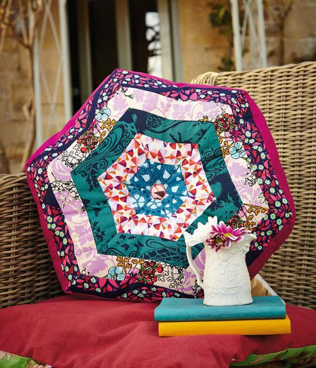 """Пэчворк в интерьере (80 фото): как собрать пазл из разноцветных лоскутов? http://happymodern.ru/patchwork-v-interyere-foto-kak-sobrat-pazl-iz-raznocvetnykh-loskutov/ Летнее настроение: плетеные кресла и декоративные подушки, сшитые в технике """"пэчворк"""", на веранде или патио"""