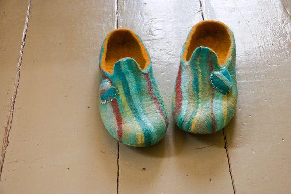 Pantoufles de laine feutrée - femmes chaussures--cadeau de mariage - une maison l'amour coloré