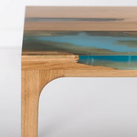 Detalhe de mesa em madeira com resina utilizada como preenchimento de falhas. Perfeito