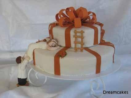 Man ska hjälpas åt att komma uppåt här i livet... #bröllopstårta #weddingcake #våningstårta #stege #caketopper
