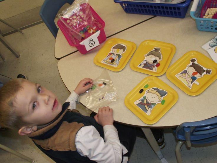 La maternelle de Francesca: Nos petits ateliers #4 repartir les bonbons également