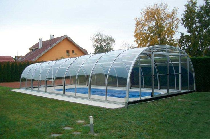 The covering of a swimming pool offers many advantages.