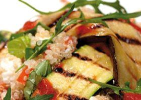 Slaatje van rijst met fetakaas, tomaat en basilicum, gegrilde aubergines en courgettes en tomatenvinaigrette