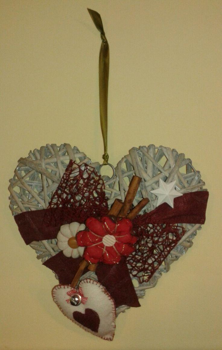 cuore in vimini da appendere,  decorato con gessetti,  cuore di feltro,  nastri e fiori di stoffa..  Natale si avvicina..  #handmade #feltro #ghirlanda #heart #cuore #Natale
