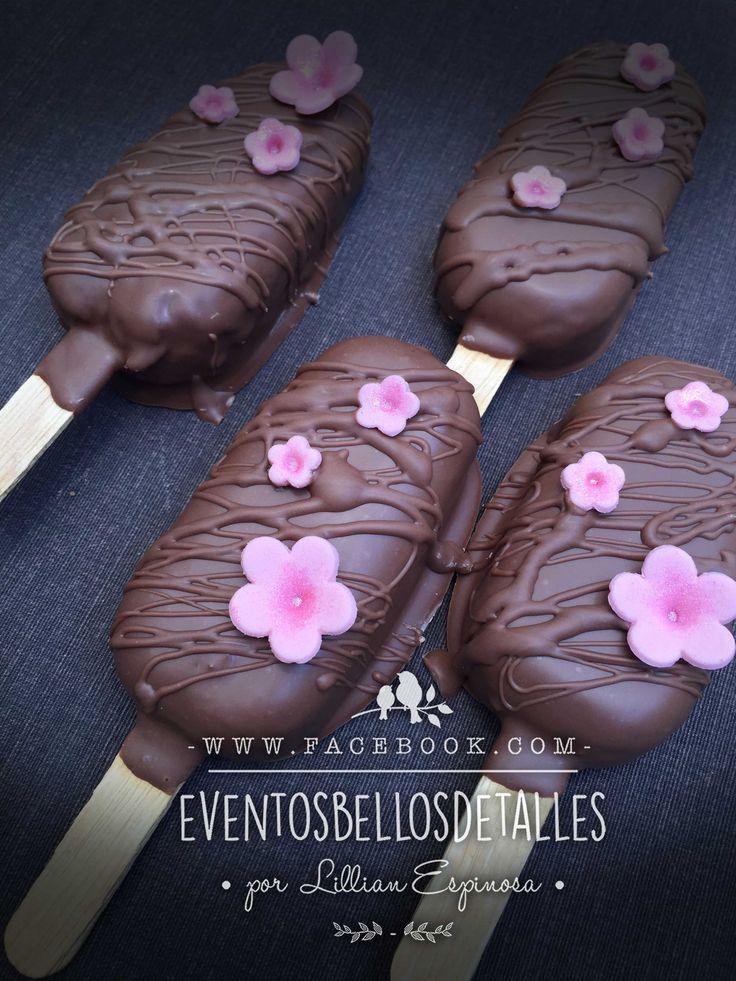 Paletas tipo magnum de pan cubiertas de chocolate . Magnum chocolate cake pops. Bellos detalles : https://www.facebook.com/eventosbellosdetalles