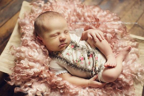 Mameluco de niña recién nacida por LovelyBabyPhotoProps en Etsy