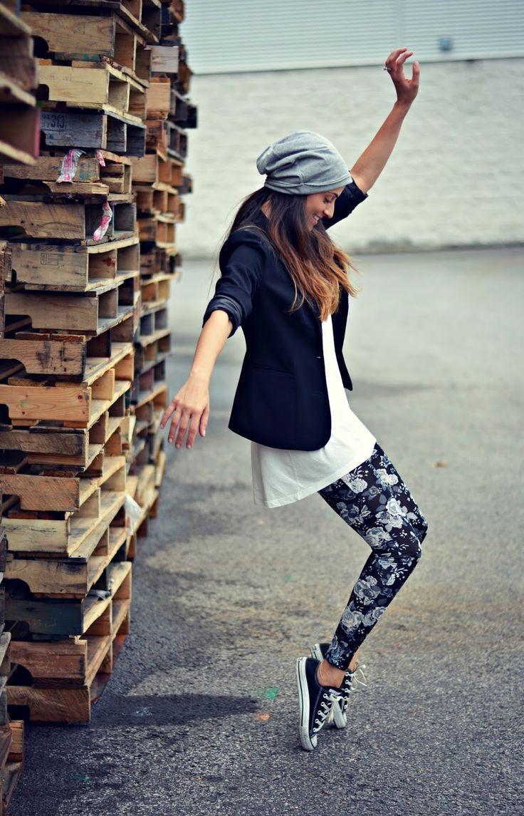 Un #outfit giocato sul bianco e nero, con disegni floreali e senza le immancabili #Converse