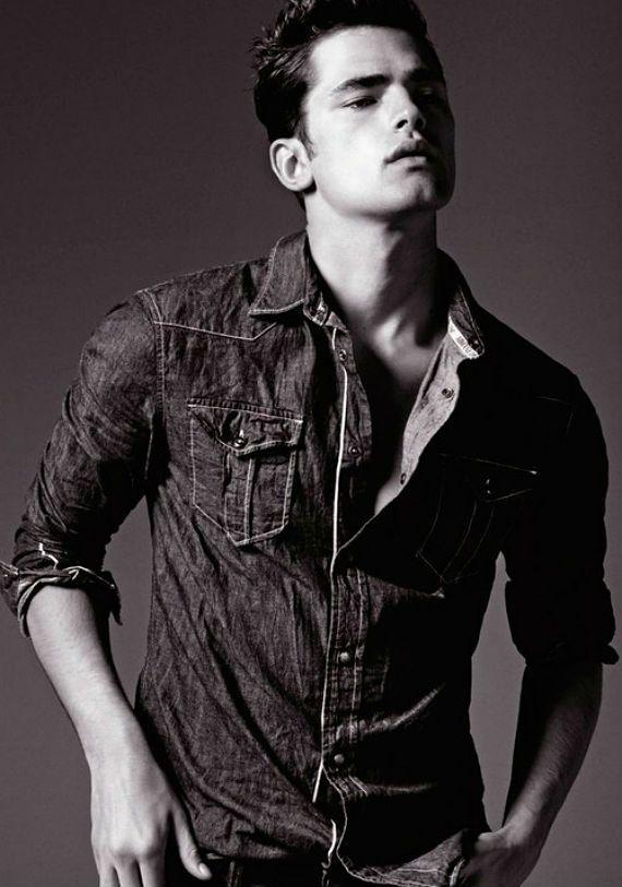 Vaqueros arrugados - algunas marcas alientan al hombre a vestir la camiseta de todos modos, todo arrugado y me parece muy bien, ya que te sientes bien acerca de ello, pero sólo se quedan en la parte superior, no van por ahí como si se hubiera quedado dormido jeans y luego a la izquierda para pasear