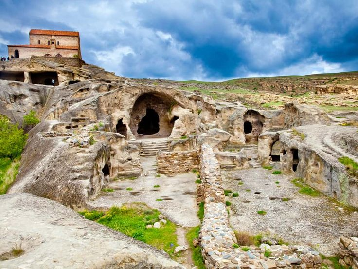 Discover the natural caves in Uplistsikhe