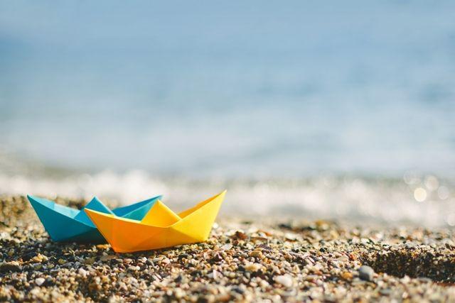 Τραγούδι τρυφερό η θάλασσα μας ψάλλει, τραγούδι που έκαμαν τρεις ποιηταί μεγάλοι, ο ήλιος, ο αέρας και ο ουρανός.