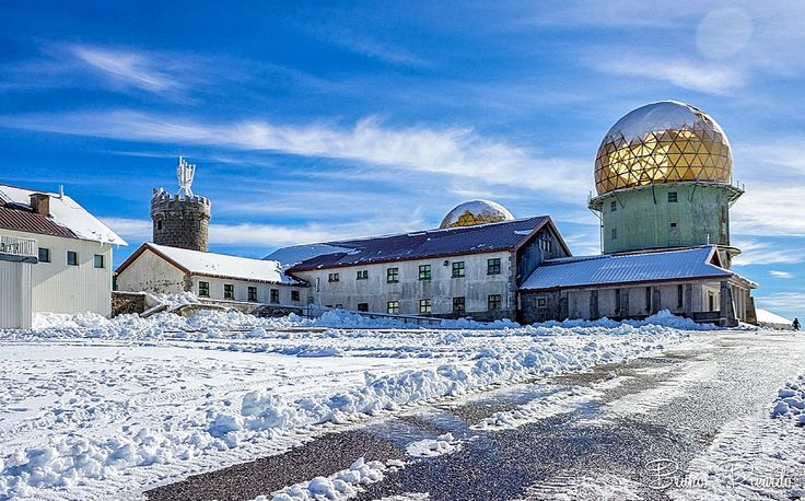 Seja de Inverno ou de Verão, a Serra mais alta de Portugal Continental atrai cada vez mais visitantes. 12 locais de visita obrigatória na Serra da Estrela.