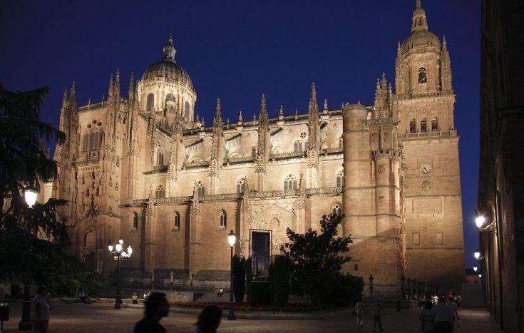 SALAMANCA - Entre los monumentos de Salamanca destacan sus dos catedrales, la Vieja y la Nueva (en la imagen), la Casa de las Conchas, la Plaza Mayor, el Convento de San Esteban y las Escuelas Mayores. El conjunto está declarado patrimonio mundial desde 1988.