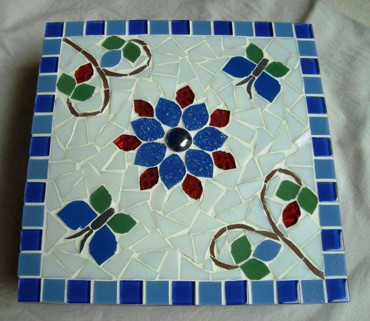 Caixa Mdf trabalhada em mosaico com pastilhas de vidro e cristal. Forrada por dentro. Mede 21x21 cm.