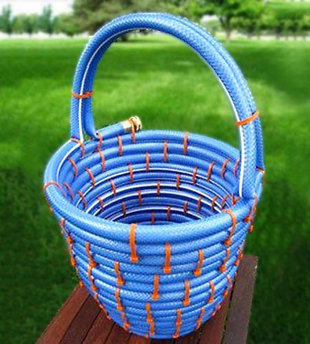 """Cesta feita com mangueira de água - """"Muito simples, basta usar a sua mangueira de jardim que já furou e com cintas plásticas que compramos em qualquer home center, fazer a estrutura da cesta primeiro enrolando a base e depois subindo para as paredes. """" Achei no Vila do artesão"""