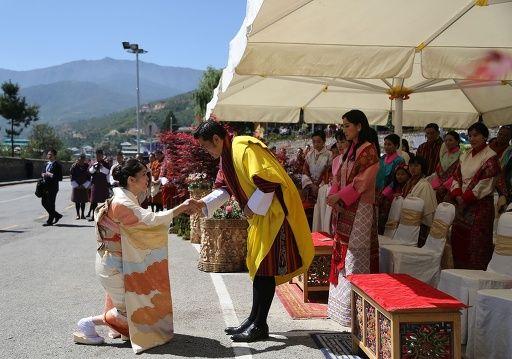 ブータンの首都ティンプーで行われた「ブータン花の博覧会」の開会式で、ジグメ・ケサル・ナムゲル・ワンチュク国王に挨拶される秋篠宮ご夫妻の長女眞子さま(左)(2017年6月4日撮影、提供)。©AFP=時事