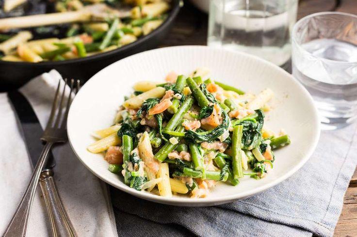 Recept voor penne voor 4 personen. Met zout, water, olijfolie, peper, gerookte zalm, verse spinazie, sperziebonen, kruiden-roomkaas, penne (pasta) en ui