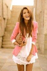 Veston long coloré + robe d'été blanche