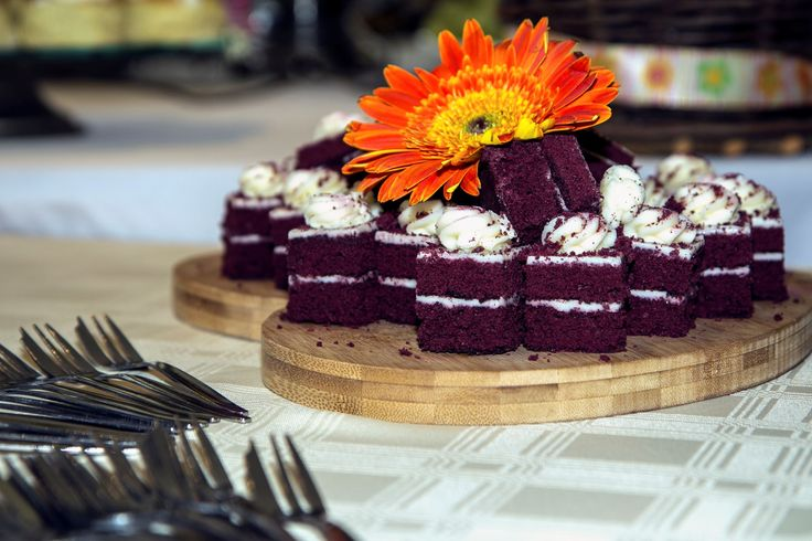 BOLO DE VELUDO VERMELHO O encerramento perfeito de uma noite a dois é uma torta deliciosa de veludo vermelho com creme de manteiga e açúcar de cobertura. Beterraba é usada para realçar a cor vermelha.
