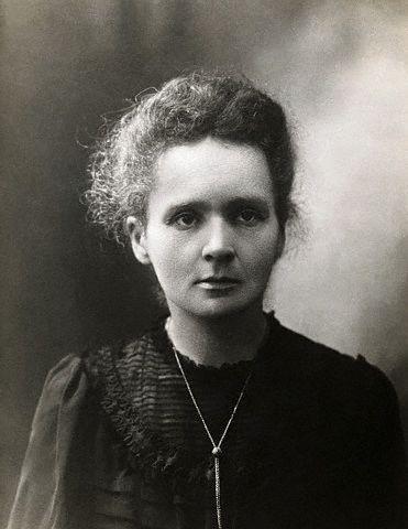 #12 Maria Salomea Skłodowska-Curie, más conocida como Marie Curie (1867 - 1934), fue una química y física polaca, nacionalizada francesa. Pionera en el campo de la radiactividad, fue la primera persona en recibir dos Premios Nobel en distintas especialidades, Física y Química, y la primera mujer en ser profesora en la Universidad de París. Fundó el Instituto Curie en París y en Varsovia.