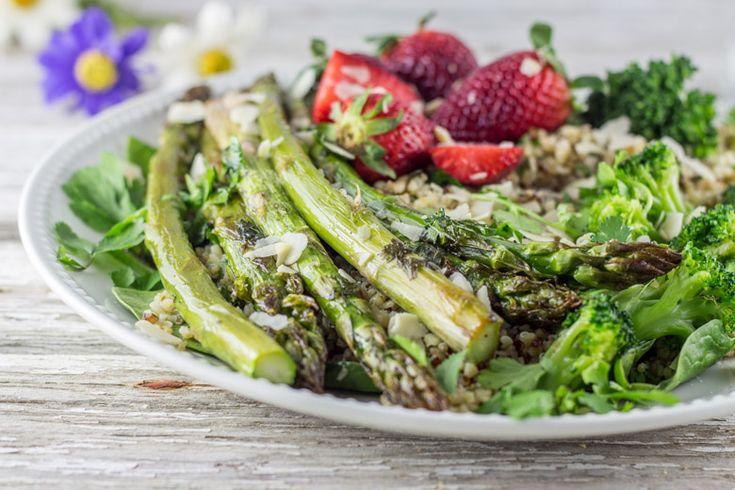Salade asperges / fraises mais aussi quinoa, brocolis, fraises,quelques pousses d'épinards, un peu d'amandes effilées le tout assaisonnée d'une délicieuse sauce au tahine.