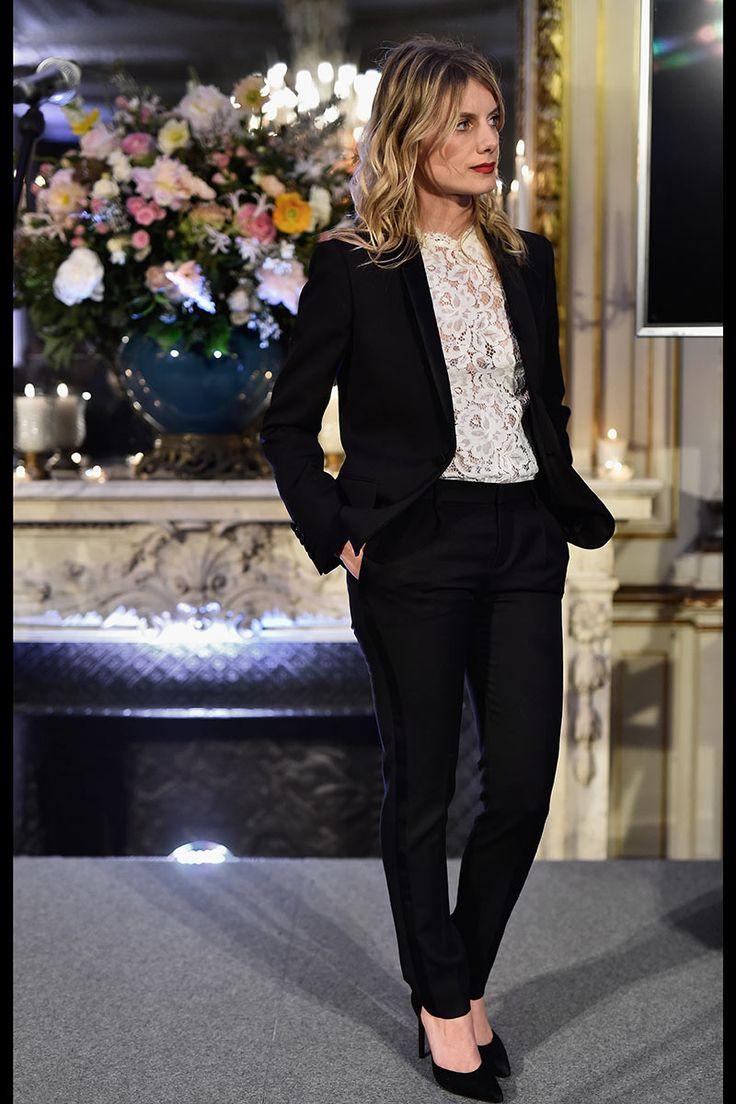 Mélanie Laurent - esmoquin de terciopelo, top de encaje floral de color blanco y salones de terciopelo D'Orsay Paris 105, todo de Saint Laurent.