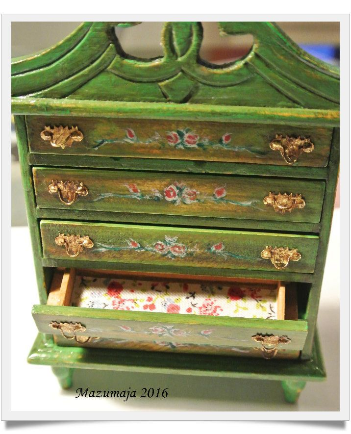 """Casa di bambole -  Cassettone verde decorato stile """"tirolese"""" - Scala 1:12 di Mazumaja su Etsy"""
