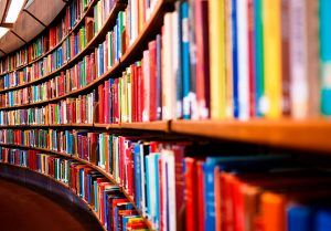 Até a meia-noite desta sexta-feira (18), acontece a Book Friday, uma super promoção da Amazon que oferece descontos de até 80% e frete grátis para todo Brasil para mais de 30 mil títulos disponíveis no site da loja. Entre as ofertas estão mais de 5 mil e-books, incluindo acadêmicos, livros importados (leve 3, pague 2), títulos da Editora Record e Intrínseca e livros usados. Até mesmo os famosos leitores digitais da empresa, o Kindle e o Kindle Paperwhite, ganharam desconto de R$ 80. Já o…