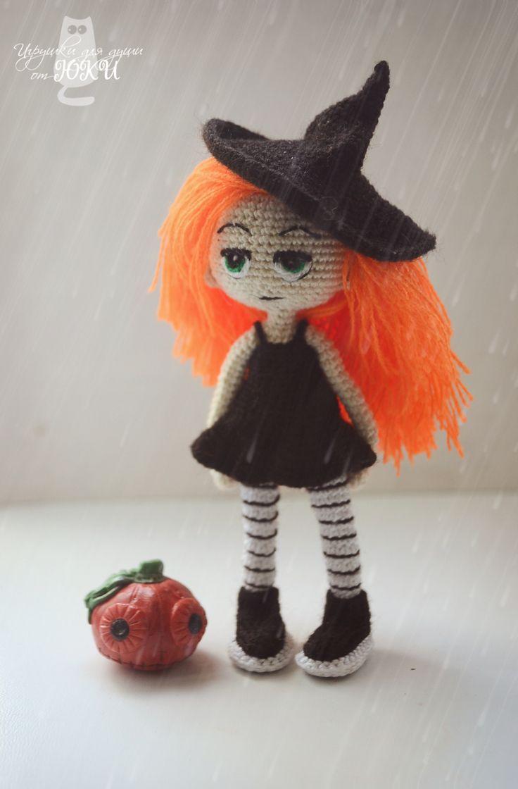 Валерия - маленькая колдунья  #handmade #амигуруми #amigurumidoll #ручная_работа #каркаснаякукла #кукла #вяжутнетолькобабушки #doll #dollinpocket #куклавкармашке #Halloween #тыква #Хэллоуин #праздник  размер: 12 см; материал: хлопок, акрил; наполнитель: холлофайбер; глаза вышиты мулине   создана на проволочном каркасе, стоит самостоятельно без опоры. платье, шляпа и обувь снимаются (есть трусики, тоже снимаются). волосы можно расчесывать. Джек из полимерной глины (2 см)
