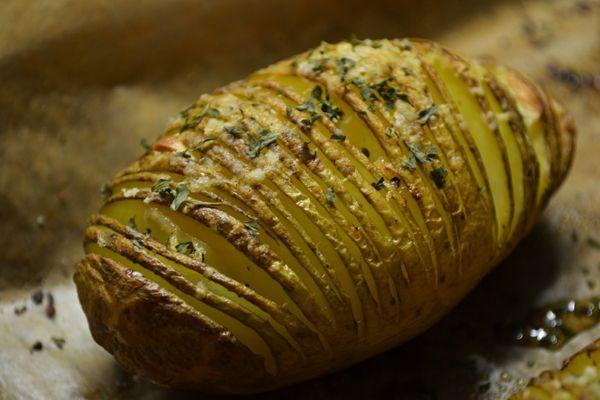Oorspronkelijk uit Zwitserland en heerlijk als bijgerecht voor het diner: Hasselback potatoes, gekruide aardappels uit de oven.