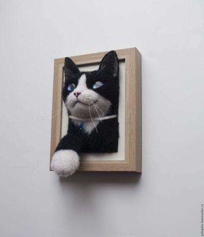 Купить или заказать Панно кот Феликс в интернет-магазине на Ярмарке Мастеров. Панно черно-белого котика изготовлено из шерсти методом сухого валяния. Котик получился с улыбочкой, очень довольным жизнью, по всему видно - сытый кот, наверно уже наелся корма для кошек 'феликс'.