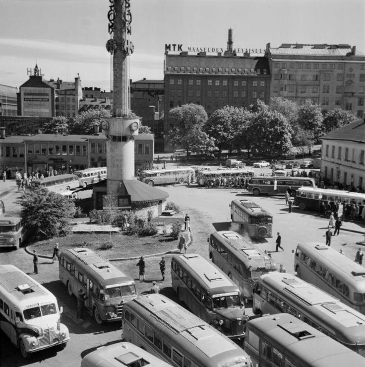 Vuonna 1958 juhannukseen hiljentyvän pääkaupungin ruuhkaisin paikka oli linja-autoasema. Helsinki 20.6.1958 Valokuvaaja NS/Suomen valokuvataiteen museo/Alma Media/Uuden Suomen kokoelma