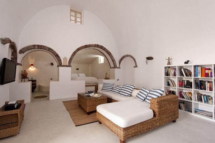 地中海風の白い漆喰で作られたギリシャ サントリーニ島のヴィラのリビング&ベッドルーム