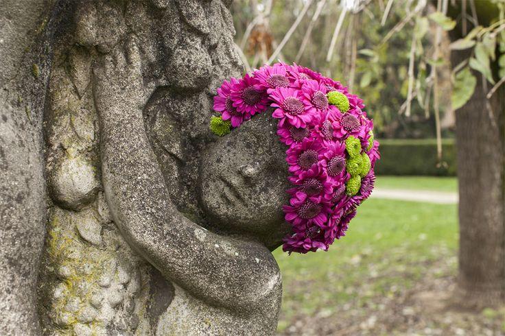 Le fleuriste et artiste Geoffroy Mottart construit des compositions florales sur les statues de Bruxelles pour leur ajouter une belle pilosité faciale colorée et champêtre. Vous pouvez voir les images sur son compte Instagram.