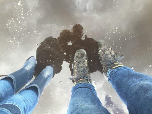 Protege tus pies del agua pero cuida tu imagen. Hoy te hablamos de las controvertidas botas de agua.