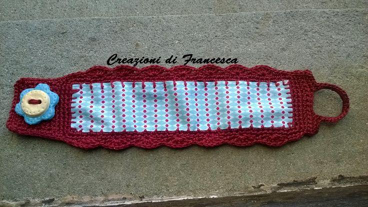 Bracciale a fascia in tessuto di cotone, rifinito con bordo motivo a ventaglietti, chiusura con bottone in pasta di mais hand made.