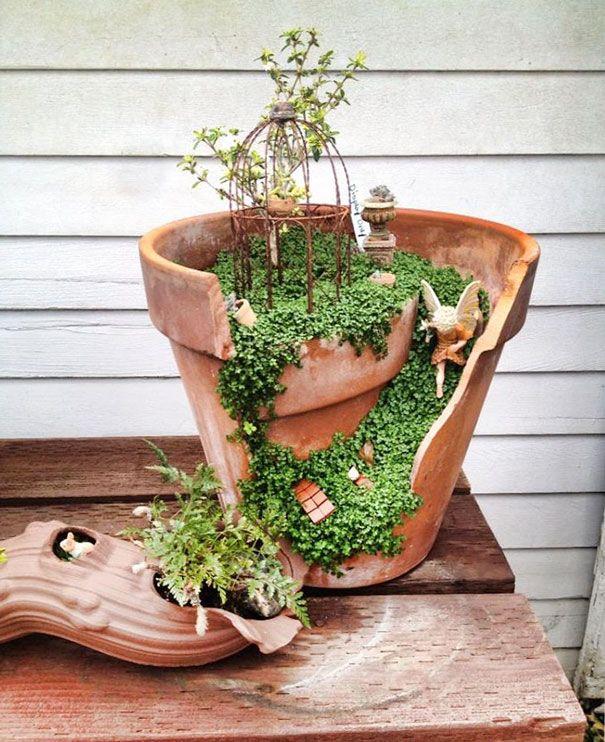 Uma nova tendência em jardinagem envolve jardineiros criando todos os tipos de criativos arranjos de jardim e jardins mágicos a partir de vasos quebrados, provando que mesmo um vaso quebrado pode ser útil e bonito.