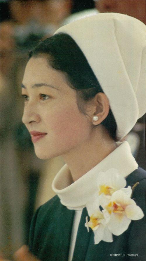 1966 9 第21回 縮小 大分国体夏季大会ご臨席の美智子妃殿下。オフホワイトの帽子とロールカラーのインナーに、紺のノーカラージャケットのお召し物が端正な美しさ