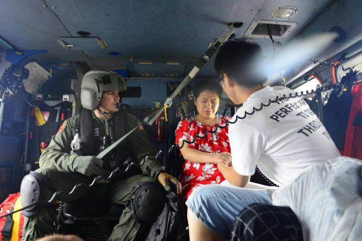 Personal de la base aérea de la guardia costera de Houston rescata residentes de áreas inundadas después de recibir peticiones de búsqueda y rescate tras el huracán Harvey en Houston, el 27 de agosto de 2017.