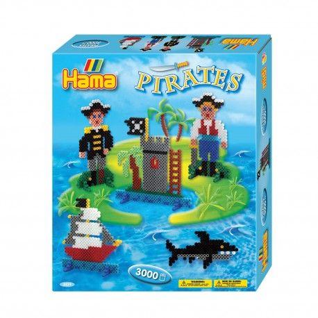 Complete Hama strijkkralenset in piraten thema. Inhoud: 3000 strijkkralen, groot vierkant strijkkralenbordje, 8 voetjes, strijkpapier, instructies en verschillende voorbeelden.  Afmeting verpakking 24,5 x 21 x 4 cm Geschikt voor kinderen vanaf 5 jaar.